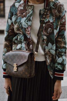 Fashion Details: schwarzer Plisseerock aus Leder und Brokat Bomberjacke