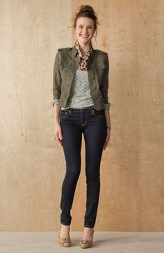 herbst outfit jeans pumps jacke khaki grüne farbe