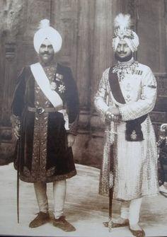 Jagatjit Singh, maharajá de Kapurthala,  and Bhupinder Singh, maharajá de Patiala.