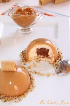 Mis Dulces Joyas: Semiesferas de mousse de crema catalana con corazón de chocolate y glaseado de caramelo
