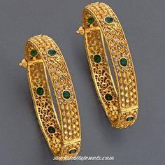Gorgeous gold emerald adjustable bangles from mangatrai jewellery. Bracelets Design, Gold Bangles Design, Gold Earrings Designs, Gold Jewellery Design, Gold Designs, Antique Jewellery, Bridal Jewellery, Bijoux En Or Simple, The Bangles