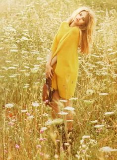 ✿ lady with flowers yellow ✿ Fields of Gold Vogue Uk, Fashion Editorial Nature, Mode Editorials, Mellow Yellow, Bright Yellow, Flower Fashion, Belle Photo, Trendy Fashion, Fall Fashion