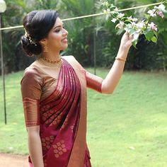 Melba in a seematti saree Kerala Engagement Dress, Engagement Saree, Engagement Dresses, Christian Wedding Sarees, Christian Bride, Christian Weddings, Silk Saree Kanchipuram, Banarsi Saree, Saree Jewellery