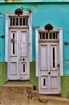 Doors in Valparaiso, Chile Cool Doors, Unique Doors, Knobs And Knockers, Door Knobs, Portal, Entrance Doors, Doorway, Beautiful Architecture, Architecture Details