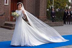 Brautmode: 5. Oktober 2013: Fast schlicht, mit nur wenigen Verzierungen am Saum, aber bezaubernd schön ist das Hochzeitskleid, in dem Viktoria Cservenyak mit Prinz Jaime von Bourbon-Parma vor den Altar tritt. Schleier und Schleppe sind von der Länge her schön aufeinander abgestimmt.
