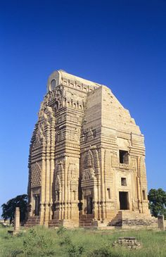 India, Gwalior Fort, Teli Ka Mandir Temple, exterior of stone structure among grass, blue sky. Temple Architecture, Religious Architecture, Ancient Architecture, Indian Temple, Hindu Temple, Temple Indien, Temples, Place Of Worship, Ancient Civilizations