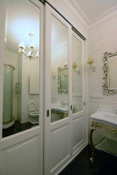 Белый деревянный зеркальный шкаф в ванной комнате. #мебельдляванной #белаямебель #мебельназаказ #встроенныйшкаф