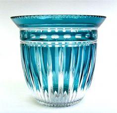 Salle des ventes ABC : VAL SAINT LAMBERT, rare vase en cristal taillé et doublé bleu pétrole par Joseph SIMON, pièce créée pour les Cristaux de Fantaisie ou l'Exposition Internationale de Liège en 1930, h 14,4 x Ø 15,8 cm.