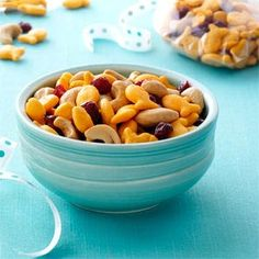 trail mix for kids! protein and energy packed snack combining goldfish, dried cranberries and cashews will make for a satisfying treat