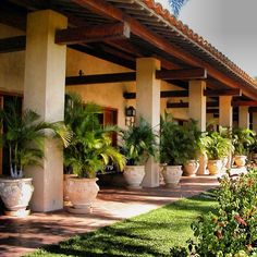 courtyard garden Courtyard Home Design Modern. An indoor courtyard garden can make a huge difference to a city home. The perfect spot for some lush greenery and cool water. Hacienda Style Homes, Spanish Style Homes, Spanish House, Indoor Courtyard, Courtyard House, Spanish Courtyard, Courtyard Design, Mediterranean Home Decor, Exterior Design