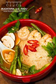 Supa iute acrisoara chinezeasca cu creveti, legume si taietei de orez. Thai Red Curry, Ramen, Feel Good, Japanese, Chicken, Meat, Ethnic Recipes, Seafood, Sea Food