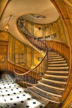 Escalier dans la galerie Vivienne à Paris If this were dark colored, it would be perfect in the shadow realm. Escalier Art, Escalier Design, Grand Staircase, Staircase Design, Beautiful Stairs, Beautiful Places, Beautiful Architecture, Architecture Details, Galerie Vivienne