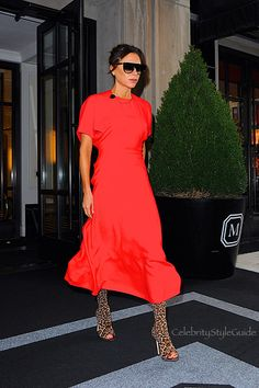 Victoria Beckham Style and Fashion Update: Whether she's attending a swanky event or running errands, Victoria Beckham always looks perfectly put. read more. Victoria Beckham Shop, Victoria Beckham Outfits, Star Fashion, Fashion News, Celebrity Style Guide, New York Style, Colorful Fashion, Style Guides, Stylish Outfits