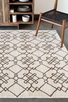 アイボリー×ブラウンの組み合わせはナチュラルで柔らかな雰囲気です。北欧っぽいレトロな幾何学模様も好印象。