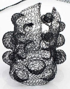Yannick MUR (née en 1963). «Blup». Collection «Oxybulle». 2012. Manchette en fil d'argent oxydé noir à importants motifs de sphères et deux attaches. Monogrammée sur une petite plaque métallique. Poids brut : 34 g ; Long. : 19 cm ; Larg. : 9 cm. estimation 1300-1600€ http://photo.auction.fr/0/a/7/mur-yannick-nee-en-1963-blup-collection-oxybulle-1390300952448268.png