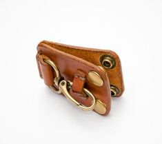 This on-belt key holder is made of veg tanned leather, hand cut, hand stiched. It has snaps for easy putting on and taking off your belt. It will help to unload your pockets and free your hands. Belt Key Holder, Leather Key Holder, Leather Keychain, Leather Knife Sheath Pattern, Leather Wallet Pattern, Leather Accessories, Leather Jewelry, Leather Tooling, Tan Leather