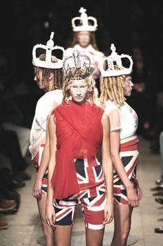 comme des garcons fashion show Fashion Line, Fashion Beauty, Fashion Show, Fashion Design, Paris Fashion, Street Fashion, Steampunk Lolita, Grunge, Rei Kawakubo