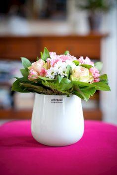 Skir sommarbukett i stilren JellyBeanvas! White vase from JellyBean Sweden. #jellybeansweden, http://www.jellybean.se/produkter/vas/vas-15-cm/vas-vit.html