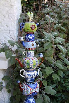 17 Irresistible DIY Teapot Garden Decorations That You Shouldn't Miss - 17 Irre. 17 Irresistible DIY Teapot Garden Decorations That You Shouldn't Miss - 17 Irresistible DIY Teekanne Garten Dekorationen, die Sie nicht verpassen sollten - Mosaic Garden Art, Glass Garden Art, Mosaic Art, Garden Crafts, Garden Projects, Garden Ideas, Diy Garden, Backyard Ideas, Yard Art
