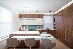 Wohnküche mit Kochinsel in Holz und weiß