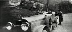 Jacques-Henri LARTIGUE :: Sur la route de Houlgate avec Mamie, Bibi et Jean, avril 1927