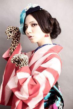 レトロなイメージのゆるめアップ♡ 色打掛に合う夜会巻きヘアスタイル一覧。白無垢・色打掛を着る際の髪型の参考に☆