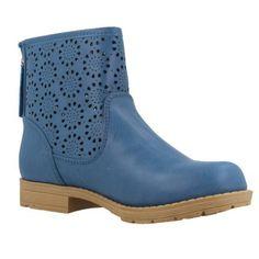 Botín de la marca xti kids modelo 53509 en color azul con troquelado en la caña , ideal para utilizar en primavera , verano y otoño , su estilo casual le hacen combinar con cualquier estilo.