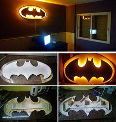 Velador de pared, Batiseñal, realizado con mucho amor,,, para mi hijo Lautaro Batman Room, Superhero Room, Diy Pallet Projects, Wood Projects, Plan Bee, Light Wall Art, Man Cave Room, Geek Decor, Wood Lamps