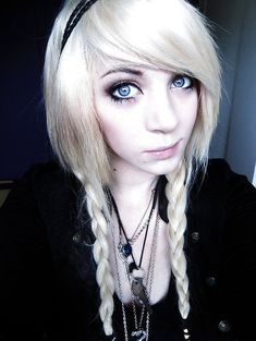 coiffure blonde emo avec tresse Jimmy Eat World, Style Emo, Emo Girls, Hair Girls, Punk, Emo Scene, Natural Brown, Outfit Goals, Her Hair