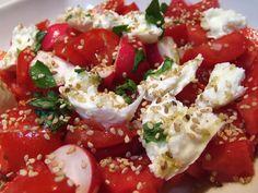 Salada de tomate, mozzarela e manjericão.