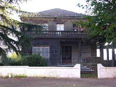 """Casa na alameda.""""A Estrada 2005 GFDL38"""". A través de Wikipedia - http://gl.wikipedia.org/wiki/Ficheiro:A_Estrada_2005_GFDL38.JPG#mediaviewer/File:A_Estrada_2005_GFDL38.JPG"""