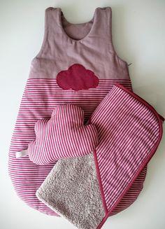 Gigoteuse, turbulette bébé grise et bordeaux et sa cape de bain assortie : Mode Bébé par aux-pays-des-reves