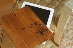 Come dare colore marrone chiaro alla copertina del tuo iPad usando il caffè #abbronzatura #asciugamanoperiltè #caffè #coarsest #coffee #copertina #cover #delicatamente #dita #fingers #gently #grind #grossolano #ground #guardato #ipad #looked #macinare #original #originale #piacevole #pleasing #rub #strofinare #struttura #tan #tea-towel #terra #texture Dita, Terra