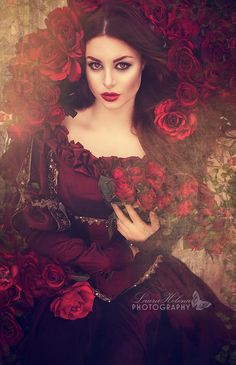 Laura Helena Photography #holding #flowers #red #roses