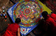 Os monges do Tibet constróem estas mandalas em areia colorida. Após finalizar o trabalho, eles imediatamente desmancham todo o desenho e começam novamente. Isso é feito como simbologia de que nada é permanente e que tudo está em eterno movimento.
