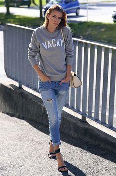 Look com moletom cinza e calça jeans rasgada.