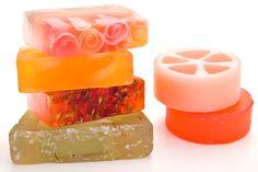 La base è il sapone di Marsiglia a cui si possono aggiungere frutta, erbe, spezie per detergere a tutta natura