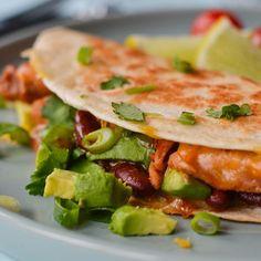 Quesadillas med krydret kylling og avokado l EXTRA Small Meals, Quesadilla, Tex Mex, Salmon Burgers, Food Styling, Nom Nom, Healthy Living, Tacos, Vegan