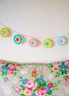 DIY: crochet a mini flower garland in bright colours... - silly old suitcase Crochet Flower Bunting, Crochet Bunting Free Pattern, Crochet Garland, Diy Garland, Crochet Decoration, Crochet Flowers, Crochet Patterns, Crochet Ideas, Knitting Patterns