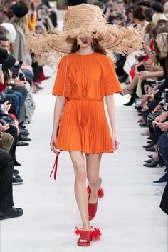See all the Collection photos from Valentino Spring/Summer 2019 Ready-To-Wear now on British Vogue Fashion Week Paris, Summer Fashion Trends, Spring Summer Fashion, New Fashion, Trendy Fashion, Runway Fashion, Fashion Brands, High Fashion, Autumn Fashion