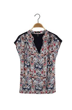 Camiseta cuello redondo abierto, con perilla completa de botones, manga rodada. Combinación de materiales. Estampada en el frente. Composición Prenda: 61% Poliéster, 37% Viscosa, 2% Elastómero.