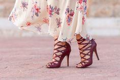 Sandalias abotinadas con tiras de color granate burgundy con tacón alto modelo…