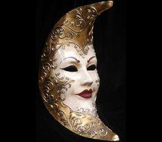 Luna - Maschera interamente realizzata a mano in cartapesta, dipinta a mano con colori acrilici e impreziosita da decori con foglia d'oro e stucco. Completa l'opera la tecnica della screpolatura (Craquelè...