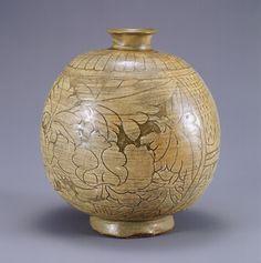 (Korea) Buncheong Ware Porcelain Bottle. ca 15th century CE. Joseon Kingdom, Korea. 粉靑沙器 剝地彫花牡丹文扁甁