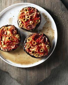 Superoriginele pizza's, met een heerlijk (gezonde) portobello champignon als pizzabodem. Gezond en overheerlijk. Een ideaal hapje!