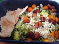 Arroz basmati integral con brocoli, almendras y tomates cherry con pavo a la plancha