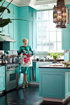 Veronica Swanson Beard's Manhattan penthouse + turquoise cabinets via Harper's BAZAAR Tiffany Blue Kitchen, Turquoise Kitchen, Teal Kitchen, 1950s Kitchen, Kitchen Colors, Turquoise Cabinets, Turquoise Cottage, Kitchen Decor, Kitchen Paint