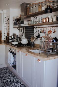 Apartment boho kitchen shelves 54 Ideas for 2019 Boho Kitchen, Home Decor Kitchen, New Kitchen, Home Kitchens, Cottage Kitchen Shelves, Kitchen Ideas, Small Cottage Kitchen, Tiny Kitchens, Cottage Kitchens
