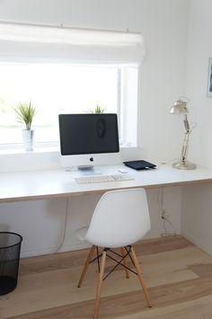 Työhuone. Pöytä koko seinän mitalta.
