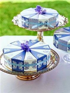 """Cake-Slice Favor Wheel: Make a Wedding Favor from Card Stock """"Serve"""" a wedding favor that does double-duty as a gift and an attention-grabber. Cake Slice Boxes, Box Cake, Wedding Favor Boxes, Diy Wedding Favors, Wedding Ideas, Wedding Crafts, Party Favors, Cake Stand Display, Cake Stands"""